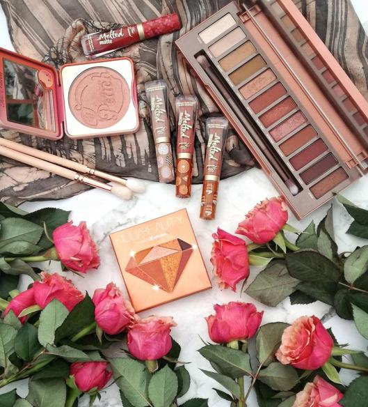 Makeup flatlay Bavardages et Maquillage